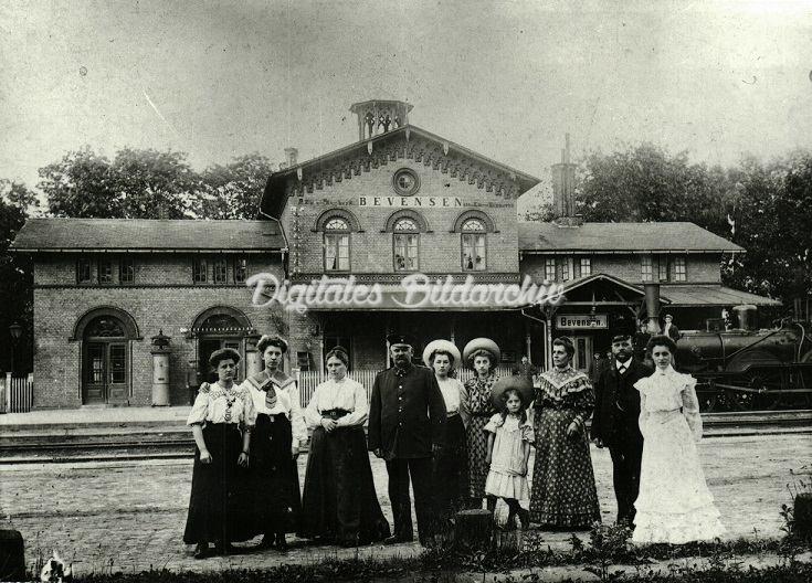 Gruppenfoto mit Damen am Bevenser Bahnhof um 1908