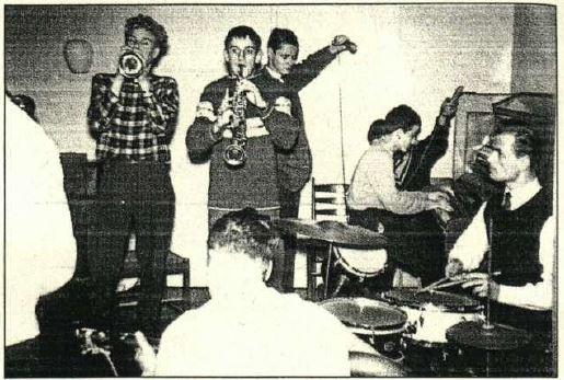 Im Dezember 1958 berichtete der NDR über die Jazz-Szene in Bevensen: v. /.: Helmut Fuchs, Peter Kunert, NDR-Techniker, Wolf gang Kunert, Heinz Bergel, mit dem Rücken zur Kamera: Gerhard Frericks