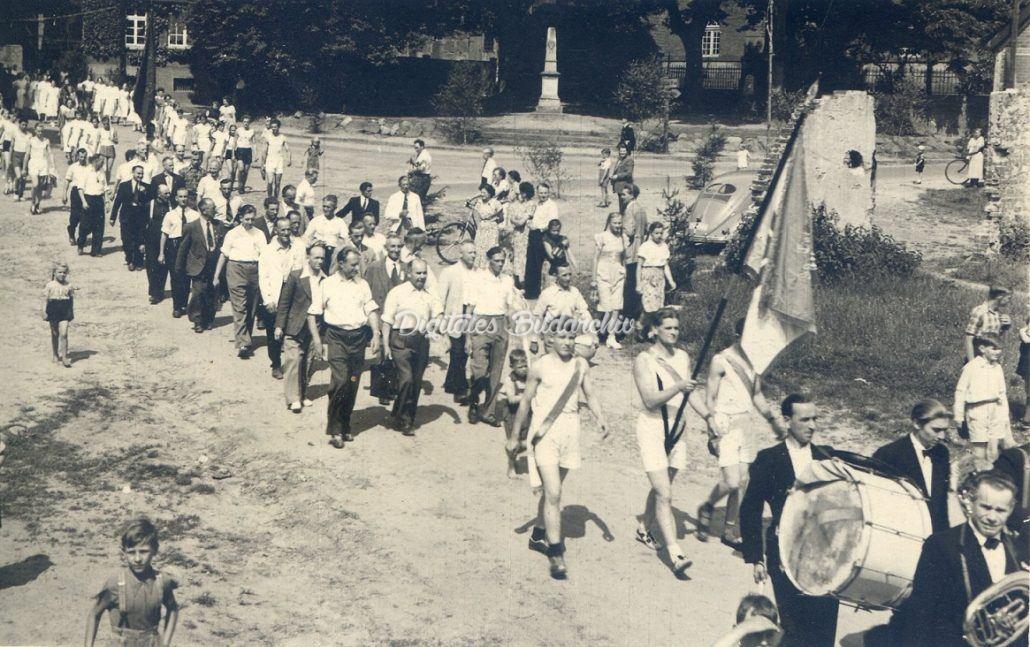 40 jähriges Bestehen des MTV-Himbergen. Kreisturnfest 1953 in Himbergen. Erster Ausmarsch mit der neugeweihten Fahne