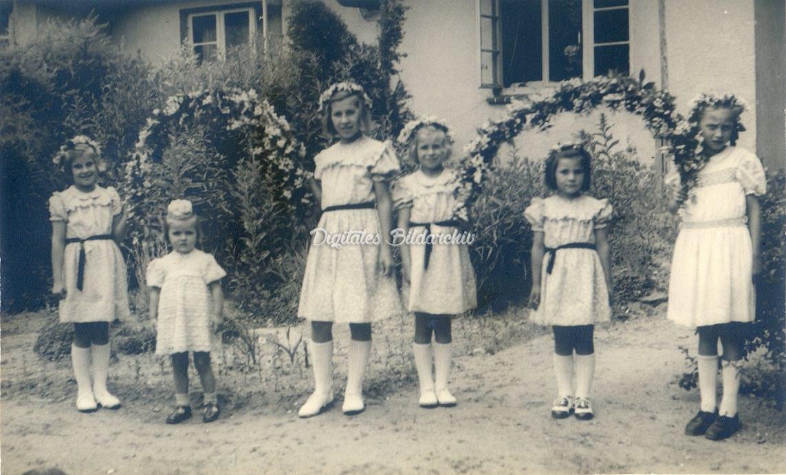 Mädchen mit Blumenbügeln